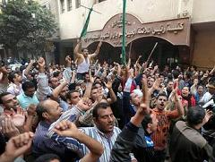 Thousands of Christian protesters surrounded the governorate in Giza to protest against the blockade of the construction of the only church in the area.