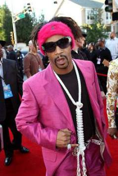 Katt Williams with a noose around his neck on the red carpet