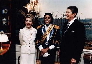 Michael Jackson meets with president Ronald Reagan and first lady Nancy Reagan in 1984.