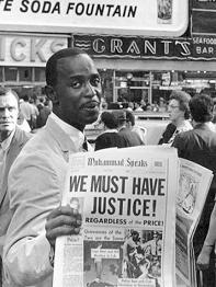Un militant des Black Muslims vend à New York une édition du Muhammad Speaks, l'hebdomadaire de la célèbre organisation musulmane noire-américaine. Né peu après la Première Guerre mondiale, le mouvement des Black Muslims a pris la tête dans les années 1960 de l'activisme noir pour la défense des droits civiques des Noirs américains