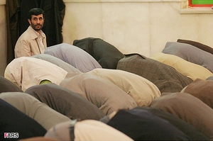 Mahmood Ahmadinezhad at prayer