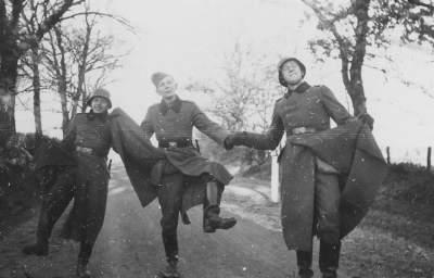 [OFF] Preconceito com action figures? Dancing-nazis